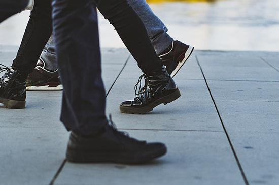 Врач объяснил, почему нужно мыть обувь после улицы