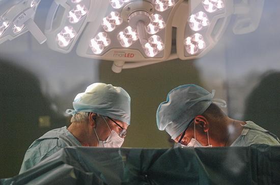 Первую в мире трансплантацию почки провёл советский хирург Вороной