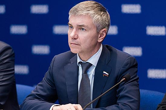 Ревенко призвал разработать меры поддержки печатных и электронных СМИ