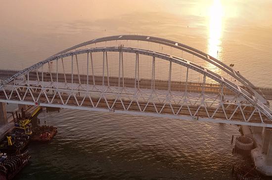 На Крымском мосту проверяют весь въезжающий на полуостров транспорт