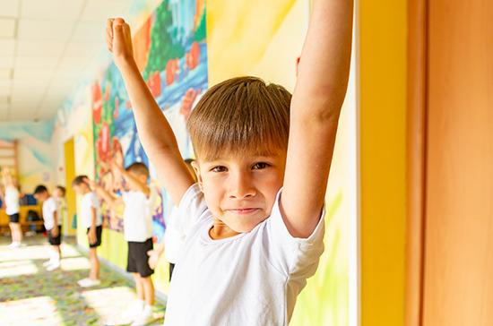 Дополнительные пособия в 5 тысяч рублей назначат на 3,3 млн детей, сообщили в Минтруде
