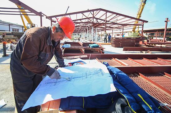 Рабочие на остановленных стройках в Москве продолжат получать зарплату