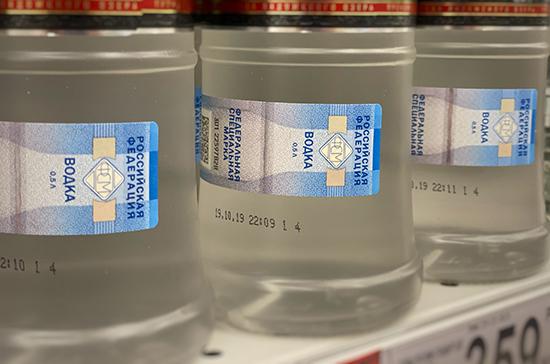 Комитет Совфеда предложил лишать заводы имущества за продажу бутылок для алкоголя нелегалам