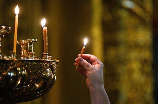Благодатный огонь доставили в Москву из Иерусалима
