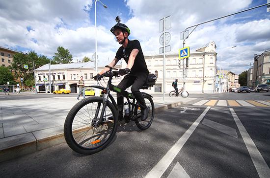 В Совфеде предлагают обязать велосипедистов носить отражатели и шлемы в тёмное время суток