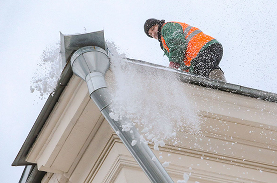 Штрафы за парковку на газонах и сосульки на крышах могут включить в новый КоАП