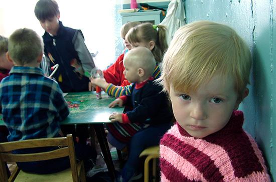В России число детей-сирот сократилось вдвое за шесть лет