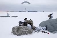 Десантники из России впервые в мире прыгнули с парашютами в Арктике с высоты 10 км