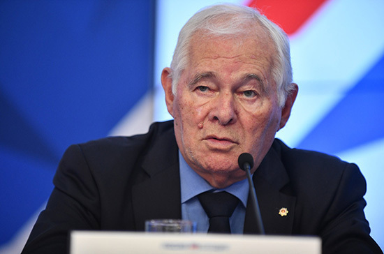 Путин присвоил звание Героя Труда Леониду Рошалю и Юрию Соломину