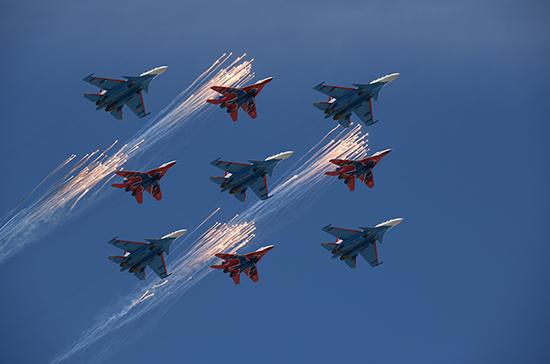 Во Владивостоке из-за непогоды отменили авиапарад в День Победы