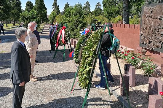 В Милане возложили венки к памятнику советским воинам, погибшим в Италии