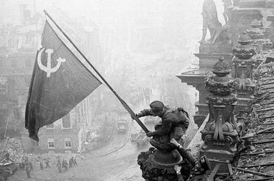 СМИ сообщили о блокировке в Facebook фото знамени Победы над рейхстагом