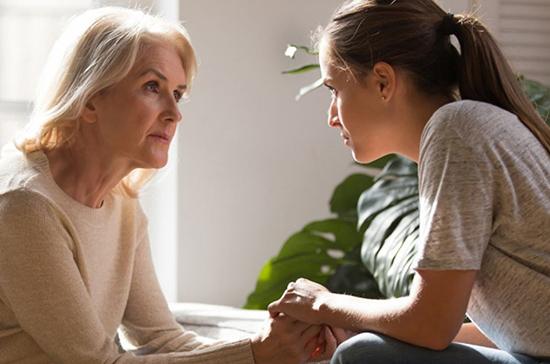 При передаче ребёнка от одного родителя другому должен присутствовать психолог, считает эксперт