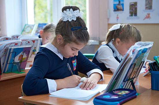 Роспотребнадзор рекомендовал школам после открытия ограничить общение разных классов