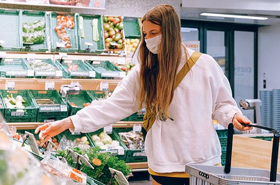В Роспотребнадзоре оценили запрет на вход в магазин без масок