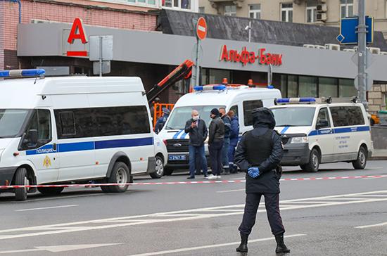 Захвативший банк в центре Москвы заявил, что здание заминировано
