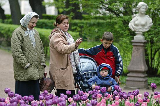 На выплаты семьям с детьми в размере 5 и 10 тысяч рублей выделили около 222,1 млрд рублей