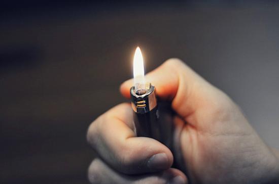 В Москве предложили запретить продажу зажигалок детям