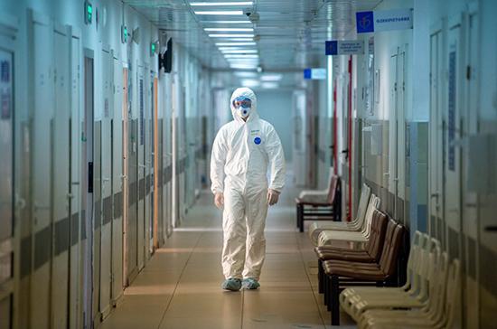 В Росздравнадзоре рассказали о запасе защитных костюмов для медиков
