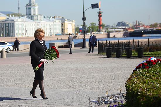 В день рождения Петербурга Валентина Матвиенко возложила цветы к Медному всаднику