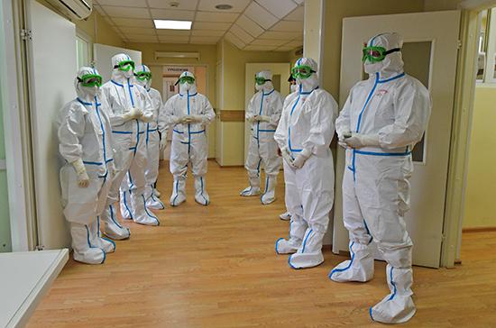 Лечащим коронавирус медикам планируют засчитать день работы за три