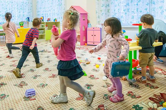 В России сохраняется дефицит мест в детских садах, рассказала эксперт