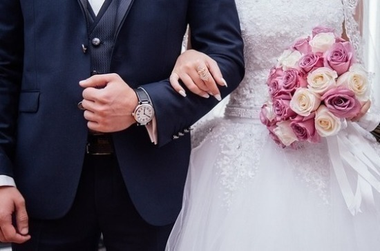 Минюст до конца года пропишет условия для вступления в брак раньше 18 лет