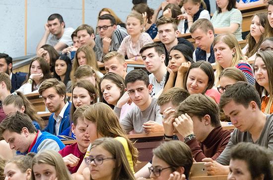 В Совфеде одобрили закон об особенностях обучения в вузах во время пандемии