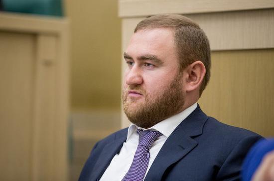 Мосгорсуд повторно продлил арест бывшему сенатору Арашукову и его отцу