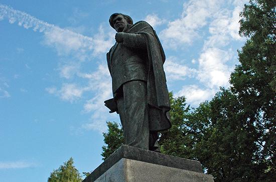 Литовские консерваторы потребовали убрать из центра Вильнюса памятник писателю Пятрасу Цвирке