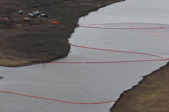 В МЧС сообщили о снижении концентрации нефтепродуктов на месте разлива в Норильске