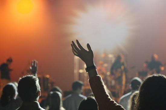 Проведение концертов в России возобновится не раньше сентября