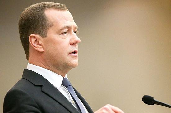 Медведев предложил переработать законодательство в сфере туризма