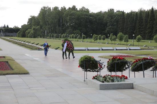 Депутат Романов возложил цветы к монументу «Мать-Родина» на Пискарёвском кладбище