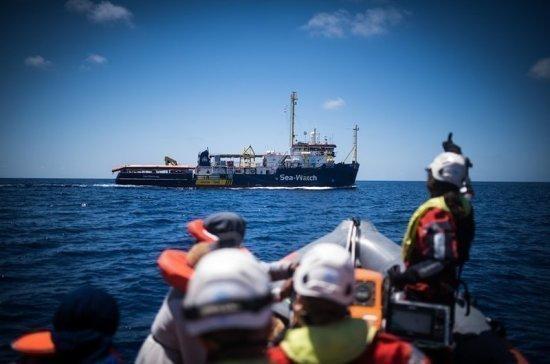 У доставленных к берегам Италии мигрантов обнаружили COVID-19