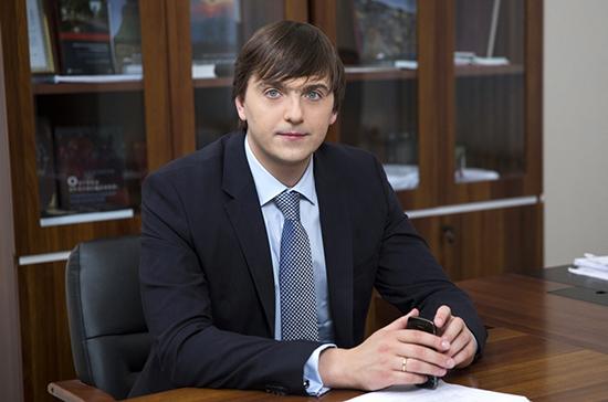 Голосование по Конституции не мешает проведению ЕГЭ, заявил Кравцов