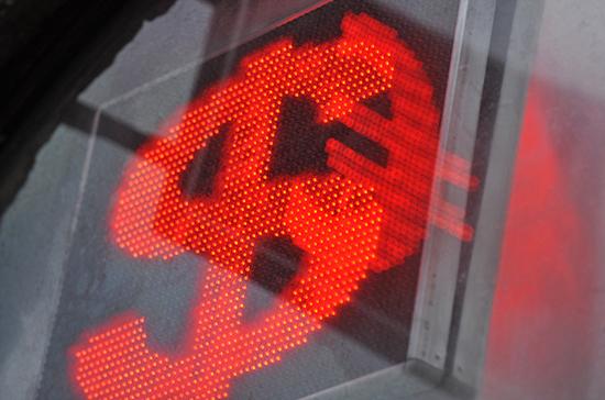Курс рубля снижается к доллару и евро