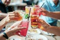 Врач рассказал, почему опасно пить алкоголь в жару