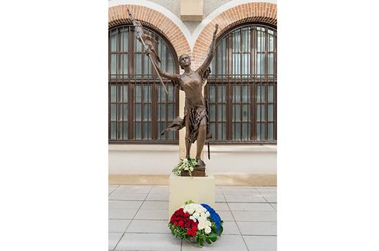 В Петербурге хотят поставить памятник Жанне д'Арк рядом со школой, в которой учился Путин