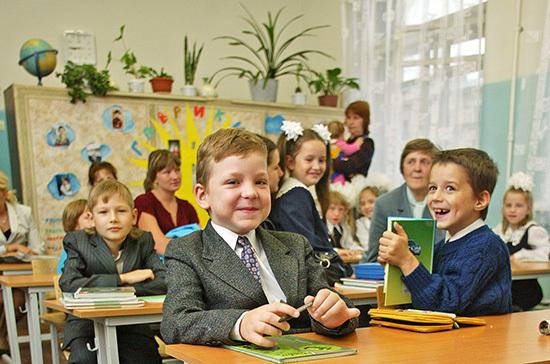 Школьников в Петербурге могут перевести на пятидневное обучение