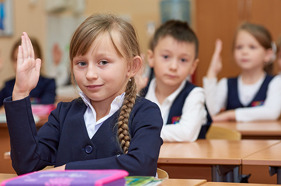 В кабмине намерены ввести стандарт школьной формы, пишут СМИ