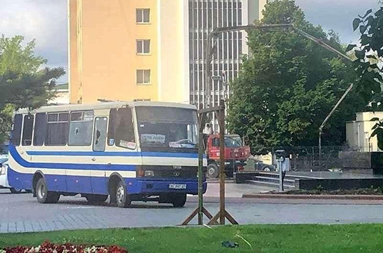 Мужчина взял в заложники пассажиров автобуса в украинском Луцке ...