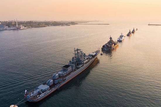 Корабли Черноморского флота «строятся» для парада в День ВМФ