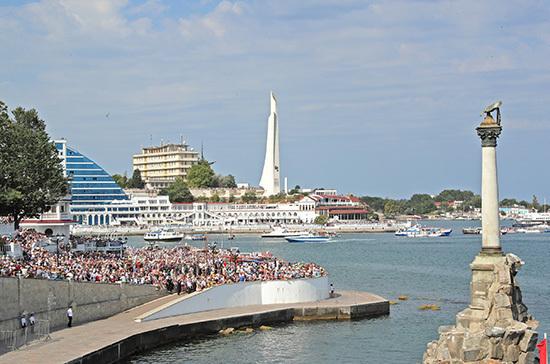 Более 30 кораблей, подводных лодок и катеров приняли участие в морском параде в Севастополе