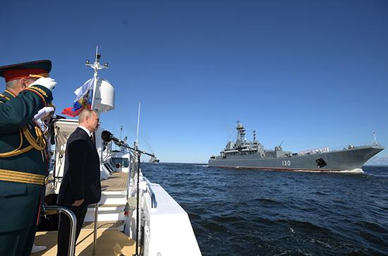 Путин обошел на катере парадную линию кораблей на рейде Невы