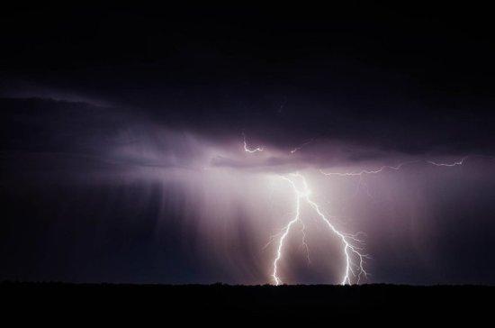 Молния попала в двух мужчин на юго-востоке Москвы