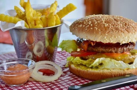 В Великобритании могут запретить рекламу высококалорийной еды