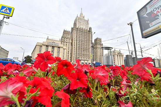 Российский МИД направил ноты посольствам США и Британии из-за радужных флагов