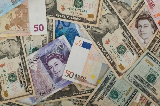 Центробанк понизил курс доллара и поднял евро