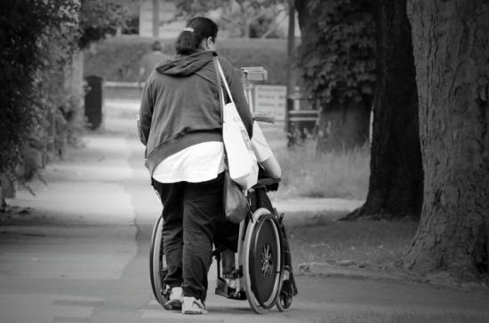 Ухаживающим за инвалидами безработным предложили платить по 10 тысяч рублей